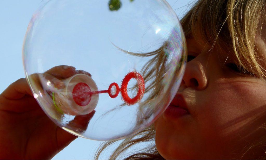 Мыльные пузыри и световое шоу: как прошел День защиты детей в центре «Новослободский»