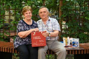 27 июля 2021 года. Лариса и Валентин Солоненко после второй прививки от COVID-19 получили в подарок набор «С заботой о здоровье». Фото: Алексей Орлов
