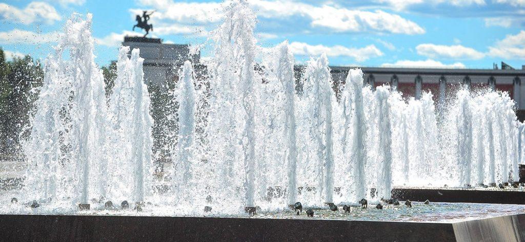 Туман и стена воды: в столице назвали любимые фонтаны юных москвичей