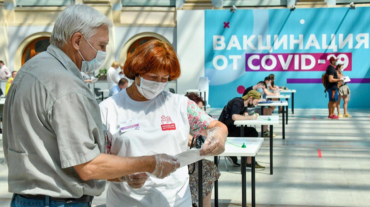 Персональное сопровождение и ответы на вопросы: как помогают москвичам в центрах вакцинации. Фото: сайт мэра Москвы