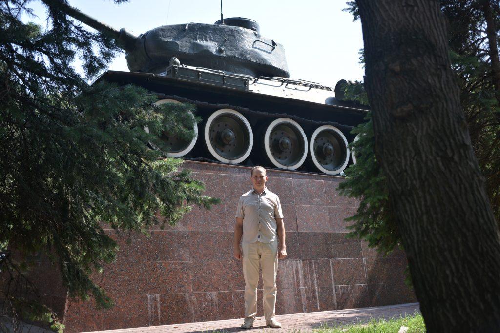 9 августа 2021 года. Руководитель музея Артем Мотылев показывает танк, который стоит у школы № 627 имени Д. Д. Лелюшенко. Фото: Анна Малакмадзе, «Вечерняя Москва»