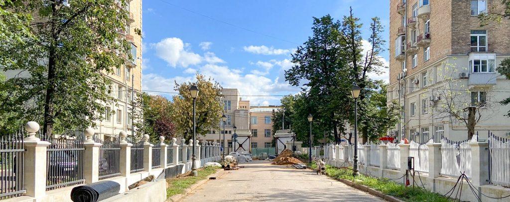 Реставраторы выровняли правый пилон парадных ворот Александринского дворца