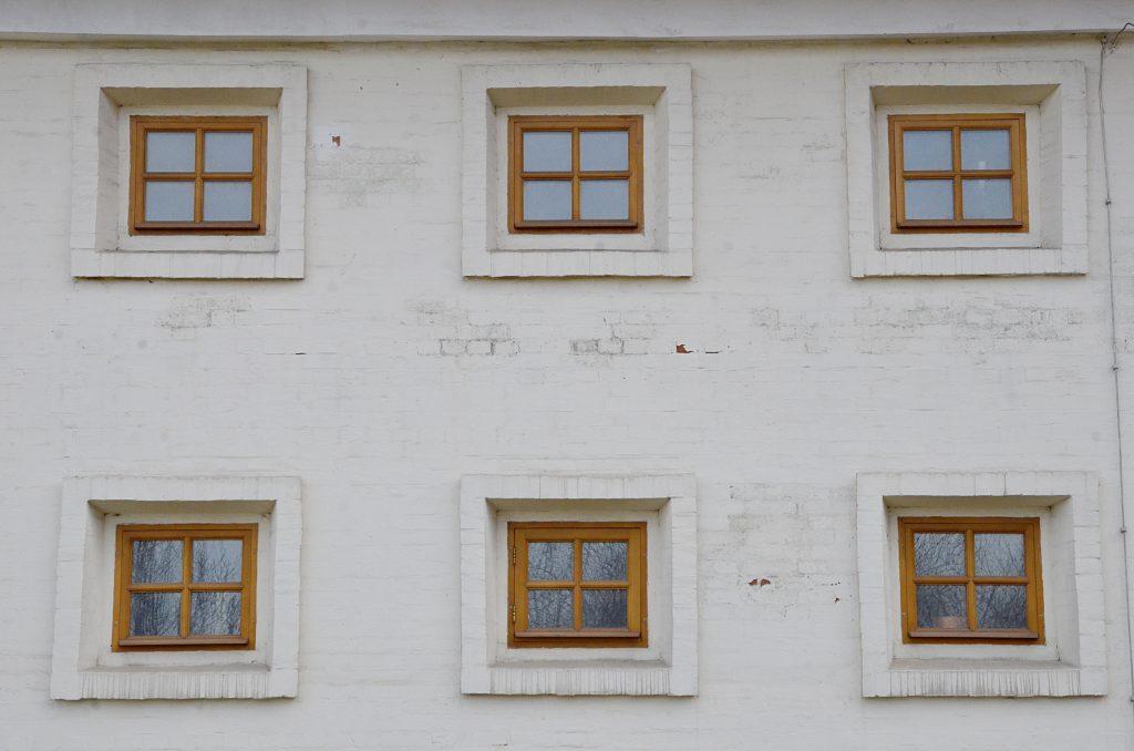 Реставраторы обнаружили редкие призматические окна в булочной Филиппова