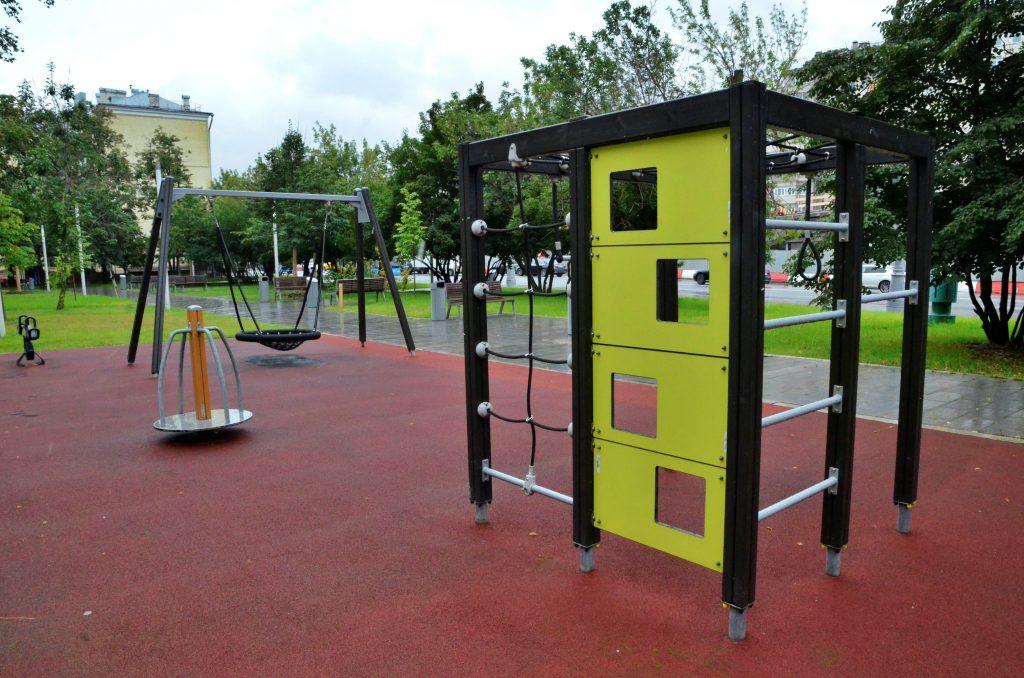 Резиновое покрытие начали укладывать на детских площадках района Замоскворечье. Фото: Анна Быкова